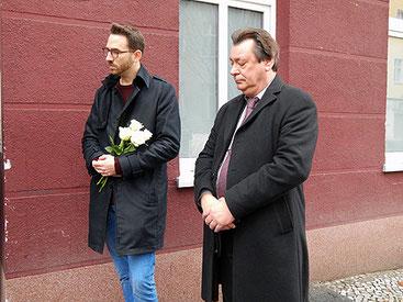 Joschka Langenbrinck (SPD), Bertil Wewer (Bündnis 90/die Grünen) bei der Stolpersteinverlegung.