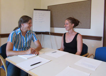 Gabriele Dienstl in conversation with a course participant.
