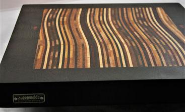 Wellenbrett- Schneidebrett aus zehn verschiedenen Holzsorten mit Rand aus Wenge