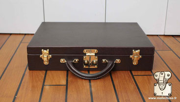 Diplomat suitcase Dimensions: 42 cm x 32 cm x 8 cm   There are several interior finishes in Canvas LV but also in green Taiga and mahogany.