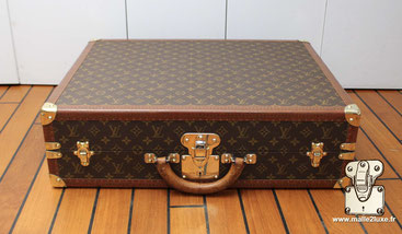 Jumelle suitcase As its name suggests, this suitcase is divided into two equal parts, allowing storage of the same capacity on both sides.     This suitcase is designed to store 4 costumes or 2 costumes and linen.
