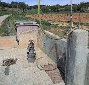 Près du vallon du Réal, une station de lavage public permet aux exploitants de nettoyer leur matériel. L'eau qui coule aux abords se teinte de temps à autre d'un bleu fluorescent. Photo Le DL/B.T.