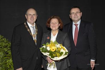 Hohe Auszeichnung in Mistelbach: Bürgermeister Dr. Alfred Pohl, 2. Bürgermeisterin Gertrud Heßlinger und Kreis- und Stadtrat Helmut Jawurek (v.l.n.r.)  Foto: Josef Schimmer, Mistelbach
