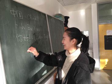Bu Xiao stellt sich in einer Klasse vor