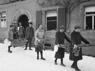 """""""Stollenweibsen"""" tragen ihre Stollen nach Hause.   Quelle: www.lvz.de"""