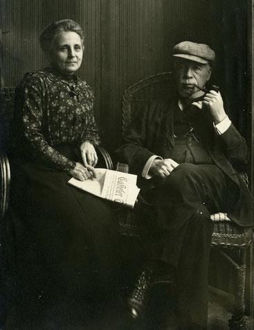 Ein Foto aus besseren Zeiten: links Deborah mit der Tageszeitung auf den Knien, daneben ihr Mann Martin, Pfeife rauchend