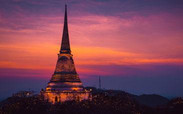 Buddhistischer Tempel, Pagode, Stupa im Abendlicht