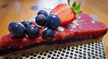 Basisch Vegane  No Bake Frucht-Torte mit Mandel-Dattelboden, Heidelbeer-Zimtcreme und Erdbeer-Vanillecreme zum Muttertag