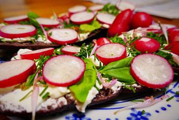 Brot mit Ziegenfrischkäse, Simply-Mandelreme, Hummus, Radieschen und frischen Kräutern