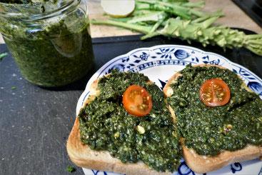 Rauchiges Grünkohlpesto auf glutenfreiem Toastbrot, vegan
