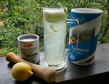 Basische Limonade mit Zitrone, Natron und Birkenzucker