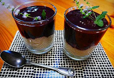 Vanillepudding mit Mandelmilch und Birkenzucker und Brombeermus