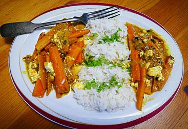 Geschmorte Möhrenstifte in Curry mit Gewürzreis und Schafskäse