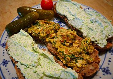 Selbstgebackenes Brot mit Schafskäsecreme, Fichtenspitzenfrischkäse und veganer Fichtenspitzencreme