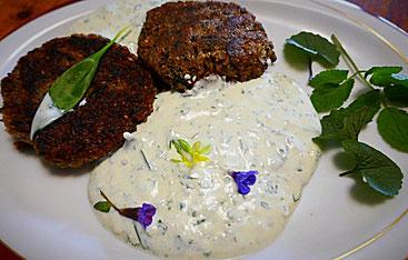 Grünkern-Quinoa-Bratlinge mit Wildkräutern und Bärlauch-Joghurt-Dipp