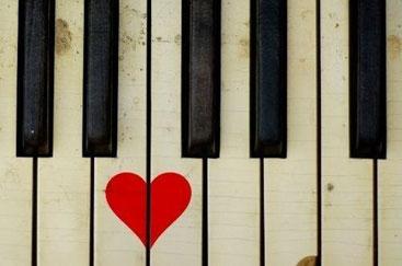 La música juga un paper important, entre molts altres temes a analitzar