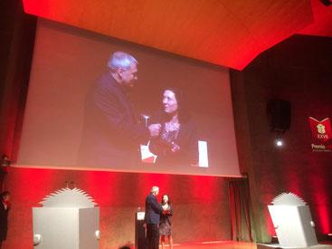 Maite Carranza entrevistada per Toni Puntí després de rebre el Premi Edebé