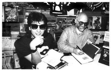 Neil Gaiman y Terry Pratchett firmando Good Omens