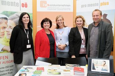 v.l.: Christine Kratochwill-Pichler, Birgit Gerstorfer, Barbara Gschwandtner, Claudia Eckl, Gernot Koren am Messestand von pro mente OÖ