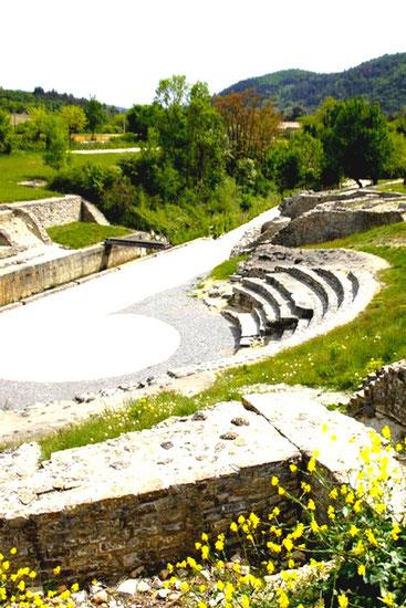 Comme dans toutes cités Gallos Romaine le théâtre tenait un rôle central pour les habitants.