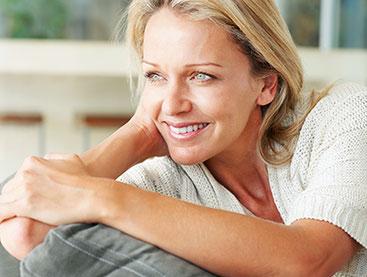 Faltenfreie glückliche Frau nach Faltenbehandlung in Naturheilpraxis Voglreiter Yogaschule Schulungszentrum Voglreiter Bad Reichenhall