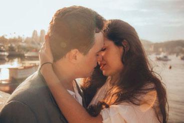 Frauen verführen: Küsse sie