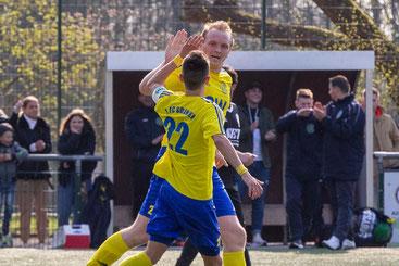 Kapitän Fabio Couspatras und Neuzugang Alexander Grass bejubeln das Tor zum 4:2 (Foto: deutzmann.net)