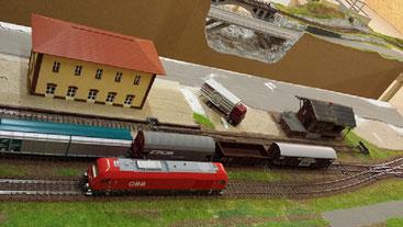 Das Bahnhofsgebäude habe ich, mit Ausnahme von Fenster, Türen und Dach, ganz aus Karton gefertigt.