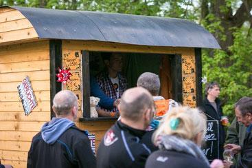 Der liebevoll selbstgebastelte Imbisswagen ist bereits Kult im Schlosspark