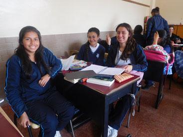 Geraldine und ihre Freundinnen lernen eifrig für ihr großes Ziel