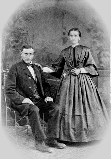 Johannes und Elisabeth Bornemann waren unverheiratete Geschwister auf Nurks Hof (Foto um 1870). Sie lebten und arbeiteten hier als Knecht und Magd.