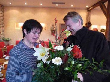 Pastor Bernd de Baey dankt im Namen der Pfarrgemeinde