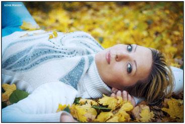 фотосессия на пленэре - девушка, лежащая среди опавших осенних листьев