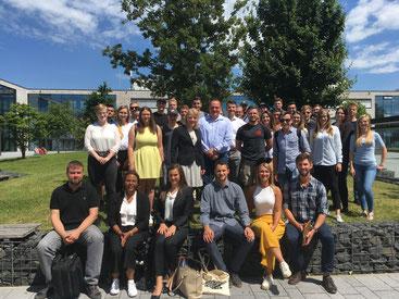 Eine Gruppe Studierender auf dem Hochschulcampus Hamm
