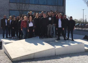 Eine Gruppe Studierender steht vor der Hochschule Hamm-Lippstadt