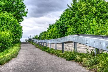 Fahrradweg mit Leitplanken