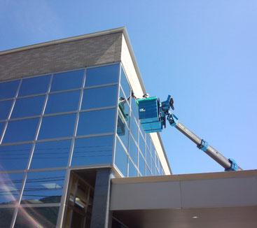 高所作業車による外部ガラス清掃作業状況