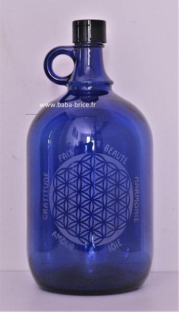 Bouteille bleue. Bouteille bleue cobalt. Bouteille en verre bleu cobalt. Fleur de vie gravée, dynamise votre eau, restructure votre eau. Solarise votre eau. Eau solarisée. Solarisation.