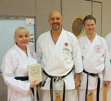 v. l.: Friederike Zeifang, Schlatt, Carsten Zeifang beim JKA-Karate-Lehrgang im April 2018 mit Schlatt in Jork