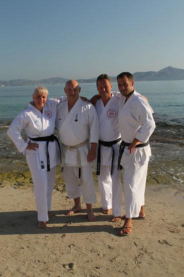 v. l: Friederike Zeifang (Shotokan Karate Stade e. V.), Volker Schwinn (Bushido Bous), Carsten Zeifang (Shotokan Karate Stade e. V.) und Frank Herholt (Shotokan Karate Dojo Bad Salzuflen) am Strand von Can Picafort (Mallorca) 2016