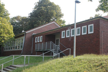 Zugang über Treppe zur Sporthalle der Thuner Hauptschule