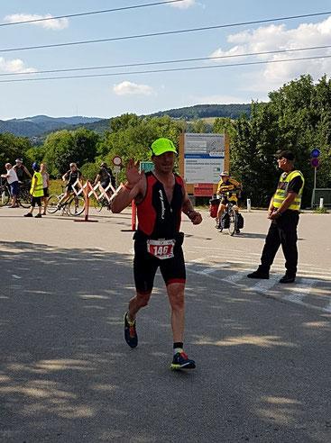 Hans Karner beendet erfolgreich den Linzer Triathlon über die Halbdistanz