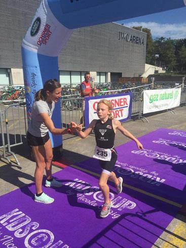 Sarina Netzer spurtet auf den ersten Platz und klatscht mit Nicola Spirig im Ziel ab