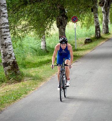 Nicole mit starker Leistung auf der coupierten Radstrecke (Foto: Tri Märwil).