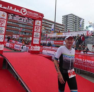 Torsten Queisser zufrieden im Ziel des Ironman Almere