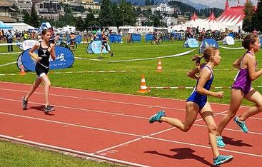 Silva Schädler im Zieleinlauf beim St. Moritz kidstriathlon