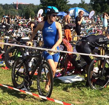 Nicole kommt mit dem Rad als Fünfte in die Wechselzone - am Ende wird sie Dritte!