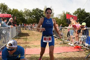 Nicole Klingler im Ziel - 5. Platz im Gesamtklassement Frauen Kurzdistanz (Foto: A. Walker)