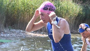 Nicole Klingler Siegerin AK W35 beim Ausstieg nach dem Schwimmen (Foto: Rhyathlon)