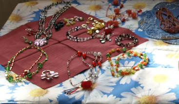Tisch mit Flohmarkt-Artikeln wie Modeschmuck